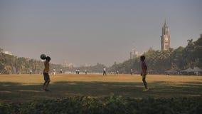 Mumbai, India - December 17, 2018: De kinderen werpen de bal aan elkaar in Ovale Maidan in Mumbai India stock video