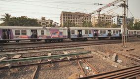 Mumbai, India - 17 dicembre 2018: Treno della città con i passeggeri Video nel moto con stabilizzazione video d archivio