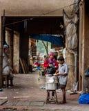 MUMBAI, INDIA - 12 dicembre 2014 - viaggiatori è locali egualmente è attirata verso l'alimento della via di MUMBAI poichè appare  fotografia stock