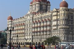 Mumbai, India - Februari 14, 2018: het taj mahal hotel in de stad cente, de Gateway van India stock afbeeldingen