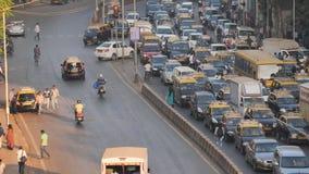 Mumbai India, Grudzień, - 17, 2018: Dnia ruch drogowy w mieście Mumbai indu zdjęcie wideo