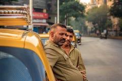 MUMBAI INDIA, GRUDZIEŃ, - 21, 2014: Taksówkarze w Mumbai oczekuje dla pasażerów przyjeżdżać zdjęcia stock