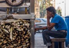 MUMBAI INDIA, GRUDZIEŃ, - 12, 2014: Uliczny sprzedawca opowiada na telefonie komórkowym przy jeden ulica Mumbai zdjęcie royalty free