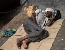 Mumbai, India, il 20 novembre 2018/uomo del senzatetto che dorme nella via fotografie stock libere da diritti