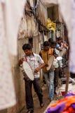 MUMBAI INDIA, LIPIEC, - 10,2016: Lokalny zespół bawić się tradycyjnych instrumenty przy Mumbai fotografia stock