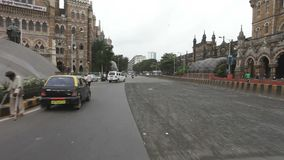 Mumbai India Mei 2012: Voertuigverkeer op bezige straat dichtbij CST spoorhoofd (Victoria Terminus) & gemeentelijk bedrijfs hoofd stock video