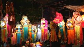 Mumbai, INDIA - Oktober 2011: Mensen die traditionele lantaarns op straat kopen voor Diwali-festival stock footage