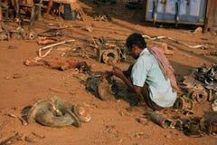 Mumbai/India - 23/11/14 - verscheept breker bij het werk in Darukhana-Schip Brekende werf, die apart mechanisch die materiaal bre Royalty-vrije Stock Fotografie