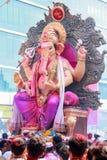MUMBAI INDIA, WRZESIEŃ, - 29,2012: Dewotki licytują władyka Ganesha jako długie Hinduskie festiwal końcówki w Mumbai do wiedzenia obrazy stock