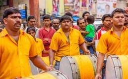 MUMBAI INDIA, WRZESIEŃ, - 18,2013: Dhol Pathak - grupa bawić się tradycyjnego instrument Dhol w Ganesh immersja młodość obraz royalty free