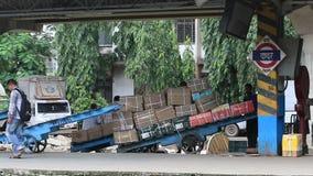 Mumbai Indien Augusti 2014: Gods som är klart för trans. på järnvägsstation stock video