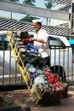 Mumbai/Indien - 24/11/14 - Dabbawala-Lieferung an Bahnhof Churchgate in Mumbai mit dem dabbawala, welches das erste tiffi entlädt Lizenzfreie Stockfotos