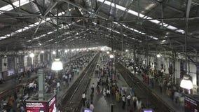 MUMBAI INDIEN - DEC 15 2011: Tid schackningsperiod: Fullsatt Churchgate station arkivfilmer