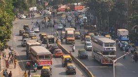 Mumbai Indien - December 17, 2018: Dagtrafik i staden av Mumbai india stock video