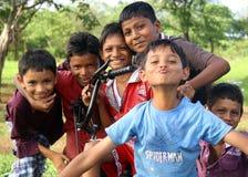 Mumbai Indien, 06 23 2013 En grupp av indiska barn från Mumbai som ler och spelar för kameran på en söndag eftermiddag royaltyfri fotografi