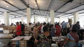 Mumbai Indien Juli 2011: Upptagen fiskmarknad arkivfilmer