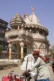 MUMBAI INDIEN - kan 2: gångare korsar utan någon beställning royaltyfria foton