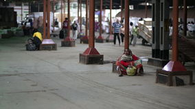 MUMBAI, INDIEN - MÄRZ 2013: Bettler auf Bahnhof stock footage