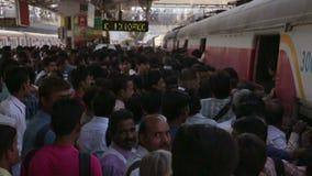 MUMBAI, INDIEN - MÄRZ 2013: Leute, die in überfüllten Zug einsteigen stock video footage