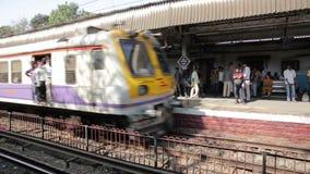MUMBAI, INDIEN - MÄRZ 2013: Leute, die auf überfüllten Zug reisen stock video