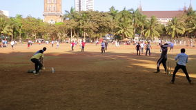 MUMBAI, INDIEN - MÄRZ 2013: Leute im Park, der Kricket spielt stock footage