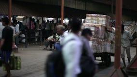 MUMBAI, INDIEN - MÄRZ 2013: Waren transportiert auf Stoßwarenkörbe stock video