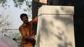 MUMBAI, INDIEN - MÄRZ 2013: Zwei indische Maurer bei der Arbeit stock video footage