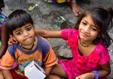 Mumbai Indien - November 11, 2015: Lycka fattiga ungar Arkivbilder