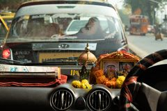 Mumbai, Indien, am 20. November 2018/Taxiinnenraum mit wenigem Altar lizenzfreie stockfotos