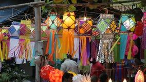Mumbai INDIEN - Oktober 2011: Folk som köper traditionella lyktor på gatan för den Diwali festivalen arkivfilmer