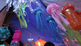 Mumbai INDIEN - Oktober 2011: Folk som köper traditionella lyktor på gatan för den Diwali festivalen stock video