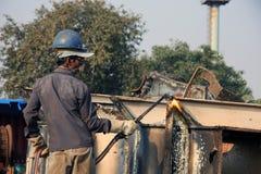 Mumbai/Indien - 23/11/14 - sänder säkerhetsbrytaregasskäraren som demolerar delen av INS Vikrant i det Darukhana skeppet som bryt Royaltyfri Fotografi