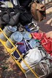 Mumbai/Indien - 24/11/14 - Sammlung von Tiffins mit dem heißen Mittagessen bereiteten sich durch die Frauen von lokalen Arbeitskr Lizenzfreie Stockfotos