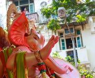 MUMBAI, INDIEN - SEPTEMBER 18,2013: Eifrige Anhänger bietet adieu zu Lord Ganesha als die zehn-Tag-langen hindischen Festivalende Stockbild