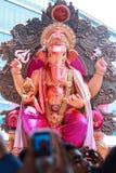 MUMBAI, INDIEN - SEPTEMBER 29,2012: Eifrige Anhänger bietet adieu zu Lord Ganesha als die zehn-Tag-langen hindischen Festivalende Lizenzfreies Stockbild