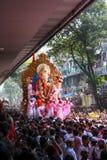 MUMBAI, INDIEN - SEPTEMBER 29,2012: Eifrige Anhänger bietet adieu zu Lord Ganesha als die zehn-Tag-langen hindischen Festivalende Lizenzfreies Stockfoto