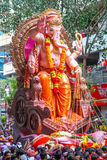 MUMBAI, INDIEN - SEPTEMBER 22,2010: Eifrige Anhänger bietet adieu zu Lord Ganesha als die zehn-Tag-langen hindischen Festivalende Stockfoto