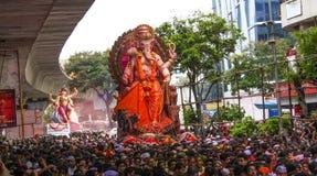 MUMBAI, INDIEN - SEPTEMBER 22,2010: Eifrige Anhänger bietet adieu zu Lord Ganesha als die zehn-Tag-langen hindischen Festivalende Stockbilder