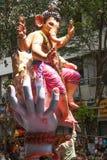 MUMBAI, INDIEN - SEPTEMBER 22,2010: Eifrige Anhänger bietet adieu zu Lord Ganesha als die zehn-Tag-langen hindischen Festivalende Stockfotografie