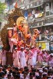 MUMBAI, INDIEN - SEPTEMBER 22,2010: Eifrige Anhänger bietet adieu zu Lord Ganesha als die zehn-Tag-langen hindischen Festivalende Stockfotos