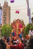 MUMBAI, INDIEN - SEPTEMBER 18,2013: Eifrige Anhänger bietet adieu zu Lord Ganesha als die zehn-Tag-langen hindischen Festivalende Lizenzfreie Stockfotos