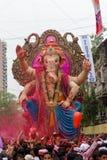 MUMBAI, INDIEN - SEPTEMBER 18,2013: Eifrige Anhänger bietet adieu zu Lord Ganesha als die zehn-Tag-langen hindischen Festivalende Stockbilder