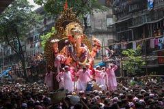 MUMBAI INDIEN - SEPTEMBER 22,2010: Fantaster bjuder adieu till Lord Ganesha, som denlånga hinduiska festivalen avslutar i Mumbai royaltyfria foton