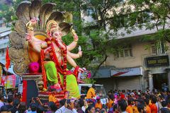 MUMBAI INDIEN, September 2017, folk på den Ganapati processionen med enorma Ganapati förebilder, bar på lastbilen arkivfoto