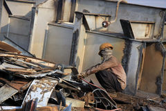 Mumbai/Indien - 23/11/14 - versenden den Unterbrecher-Schneidbrenner, der Teil INS Vikrant in Darukhana-Abwrackwerft demoliert Lizenzfreie Stockfotos