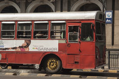 Mumbai jawny autobus blisko Wiktoria Terminus obraz royalty free