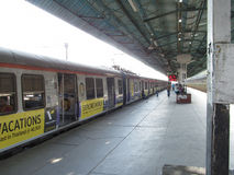 Mumbai lokale trein op platform Stock Foto's