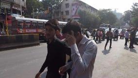 Mumbai, maharashtra /India 20 gennaio 2019 sorveglianza di pattuglia della polizia il traffico vicino al mercato di strada nell'a video d archivio