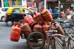 Mumbai, Marhashtra, Indien/am 15. November 2018: orange Gas zusammengebrochen transportiert mit dem Fahrrad stockbild