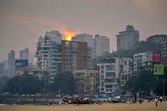 Mumbai solnedgång, Chowpatti strand Arkivfoto